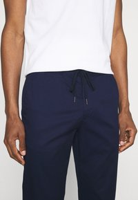 Tommy Hilfiger - ACTIVE FLEX SUMMER - Chinos - yale navy - 3