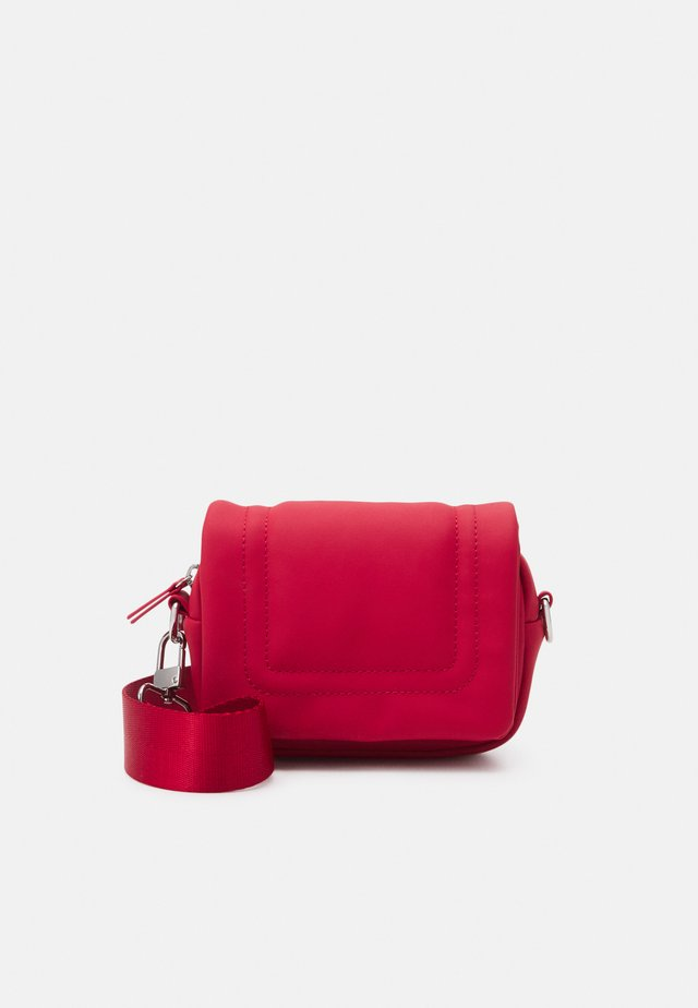 BAGGED OUT MINI - Sac bandoulière - red