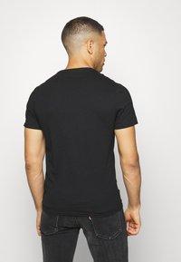 Guess - CLIP TEE - Print T-shirt - jet black - 2