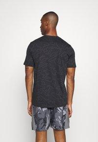 Under Armour - ALL OVER WORDMARK - Print T-shirt - black/jet gray - 2