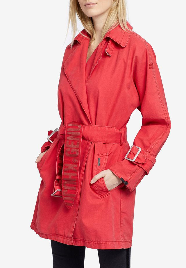 LUCILLE - Trenchcoat - red
