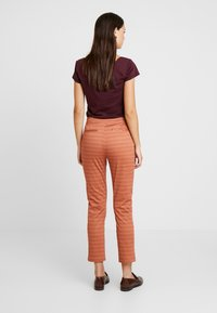 Yargici - FRONT CUT DETAILED TROUSERS - Chinos - bordeaux - 3