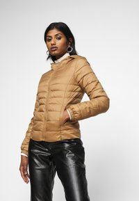 ONLY Petite - ONLNEWTAHOE QUILTED HOOD  - Lehká bunda - toasted coconut - 0