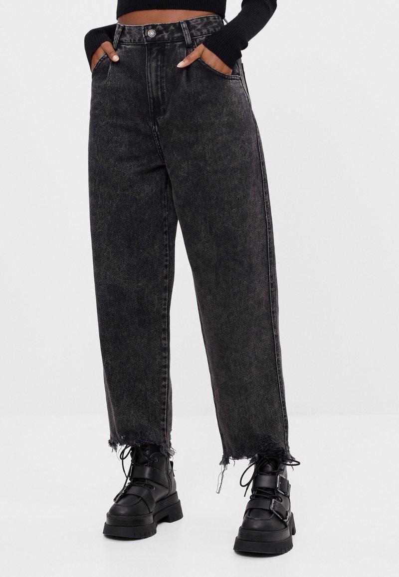 Bershka - MIT AUSGEFRANSTEM SAUM  - Straight leg jeans - grey