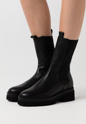 FAE ADAMS - Platåstøvler - black