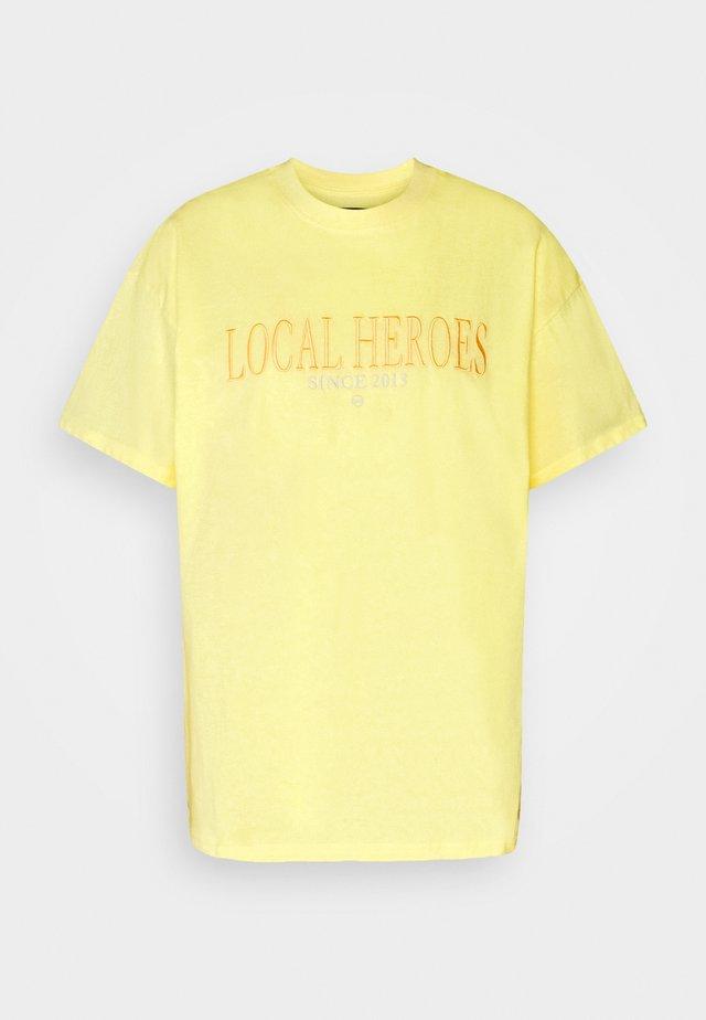 TEE - T-shirt med print - yellow