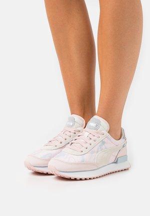 FUTURE RIDER MARBLE - Sneakers basse - lotus/ivory glow