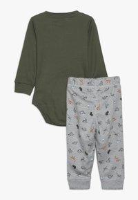 Carter's - BABY SET - Pantalon de survêtement - green - 1