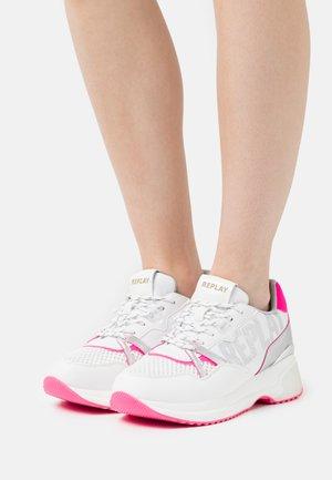 FARLEY - Sneakersy niskie - white/fuxia