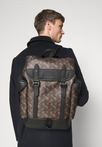 Coach - HITCH BACKPACK HORSE AND CARRIAGE PRINT UNSEX - Rucksack - truffle - 0