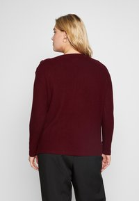 Evans - SOFT TOUCH BUTTON NECK - Jumper - berry - 2