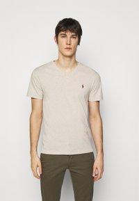 Polo Ralph Lauren - CUSTOM SLIM FIT JERSEY V-NECK T-SHIRT - T-shirt - bas - expedition dune - 0