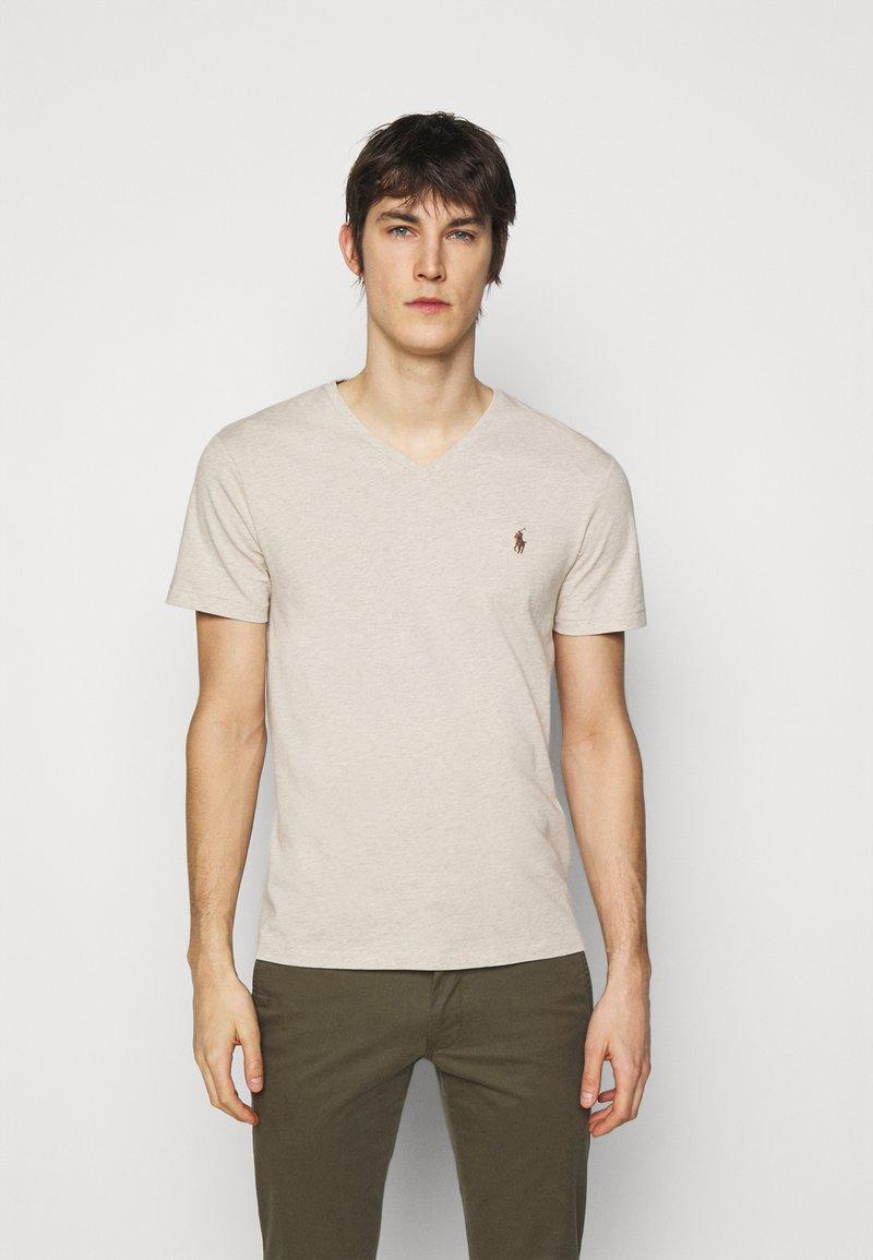 Polo Ralph Lauren - CUSTOM SLIM FIT JERSEY V-NECK T-SHIRT - T-shirt - bas - expedition dune