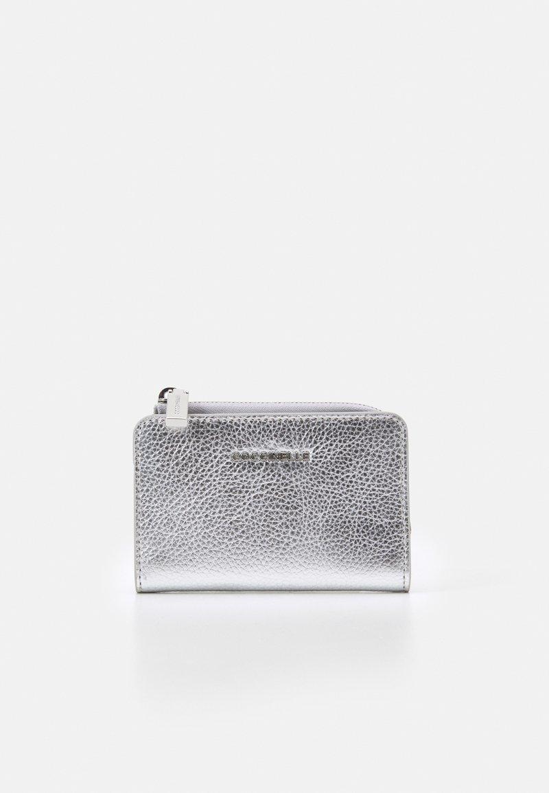 Coccinelle - METALLIC SOFT - Peněženka - silver-coloured