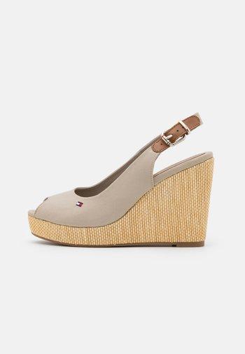 ICONIC ELENA SLING BACK WEDGE - Sandály na vysokém podpatku - stone