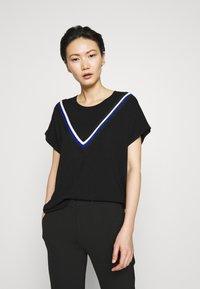DKNY - STRIPED DETAIL - T-shirts print - black/electric blue - 0