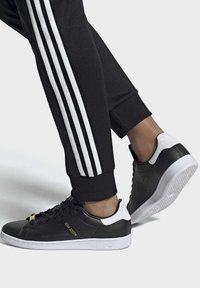 adidas Originals - STAN SMITH SHOES - Sneakersy niskie - black - 1
