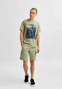 Selected Homme - STATEMENT - T-shirt med print - tea - 1