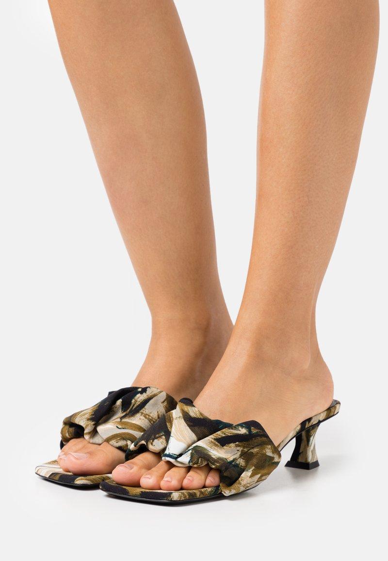 Proenza Schouler - TESS PIUME  - Pantofle na podpatku - olivo