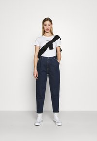 Tommy Jeans - FLAG TEE - Printtipaita - white - 1