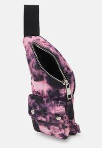 Mennace - TIE DYE CLIP POCKET CROSSBODY BAG UNISEX - Sac banane - pink - 2