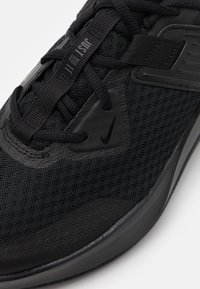 Nike Performance - MC TRAINER - Sportschoenen - black/anthracite - 5