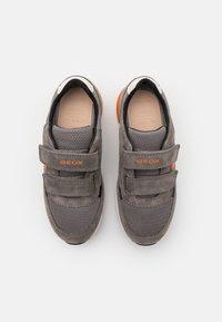 Geox - ALBEN BOY - Tenisky - grey/orange - 3