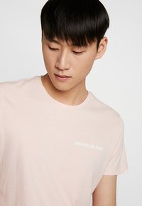 Calvin Klein Jeans - SMALL INSTIT LOGO CHEST TEE - Basic T-shirt - pink - 4