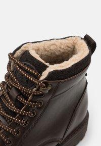 Burton Menswear London - POWELL - Šněrovací kotníkové boty - brown - 5