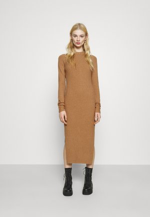 SWEATER DRESS MIDI - Pletené šaty - tan