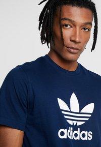 adidas Originals - TREFOIL UNISEX - Print T-shirt - collegiate navy - 3