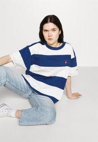 Levi's® - HEAVYWEIGHT ROADTRIP TEE - T-shirt con stampa - alyssa/estate blue - 3