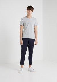 Filippa K - SOFT LYCRA NECK - T-shirt basic - light grey melange - 1