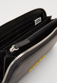 Tommy Jeans - NEW MODERN WALLET - Lommebok - black - 4