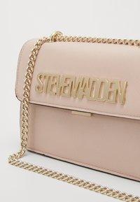 Steve Madden - BSTAKES - Across body bag - hot pink - 2