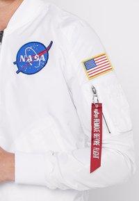 Alpha Industries - NASA REVERSIBLE II - Bomber Jacket - weiß - 6
