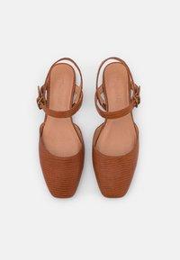 Madewell - CECILIA FLAT LIZARD - Sandaalit nilkkaremmillä - warm nutmeg - 5