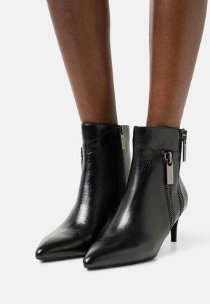 VICKIE - Kotníkové boty - black