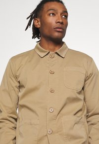 BY GARMENT MAKERS - THE ORGANIC WORKWEAR JACKET - Summer jacket - camel - 4