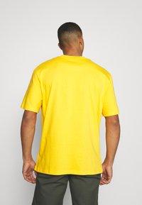 Karl Kani - SMALL SIGNATURE TEE UNISEX - Print T-shirt - yellow - 2