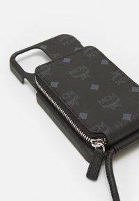 MCM - IPHONE 12/12 PRO CASE WITH ZIP POCKET IN VISETOS ORIGINAL - Phone case - black - 5