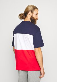 Puma - CELEBRATION COLOUR BLOCK TEE - T-shirt imprimé - peacoat - 2