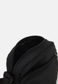 Nike SB - HERITAGE CROSSBODY UNISEX - Across body bag - black/white - 2