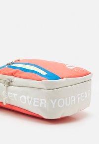 Nike Sportswear - TECH CROSSBODY AIR UNISEX - Taška spříčným popruhem - light bone/magic ember/white - 3