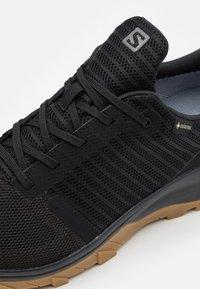 Salomon - OUTBOUND PRISM GTX - Chaussures de marche - black - 5