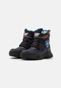 Geox - NEVEGAL BOY ABX - Zimní obuv - navy/orange - 1