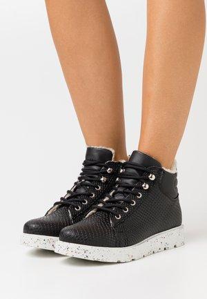 VMTESA  - Kotníková obuv - black