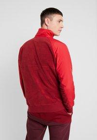 Nike Sportswear - WINTER - Fleece trui - team red/gym red/lt photo blue/white - 2