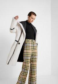 VSP - HOOD COAT REVERSIABLE - Classic coat - black/white - 4