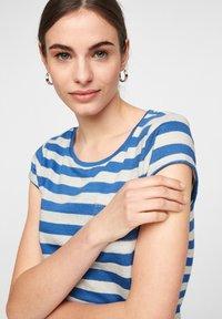 comma casual identity - MIT SCHMUCK-DETAIL - Print T-shirt - royal blue stripes - 2